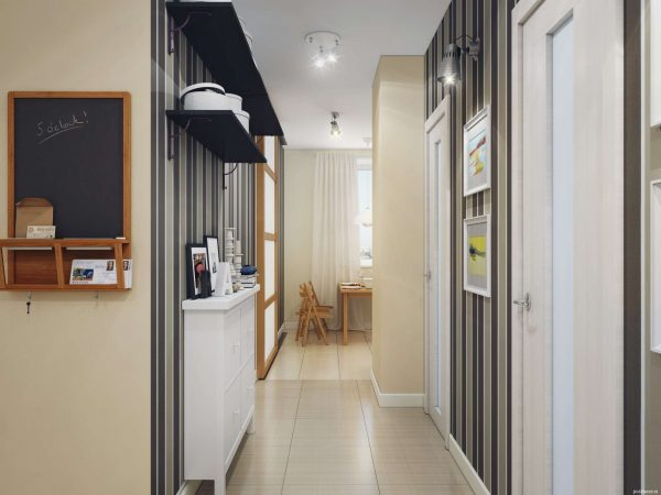 На фото показан пример комнаты, выполненной в светлых тонах, пространство увеличено с помощью обоев в вертикальную полоску и светлой плиткой на полу