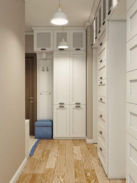 Один из вариантов расположения закрытых шкафов для хранения одежды в прихожей