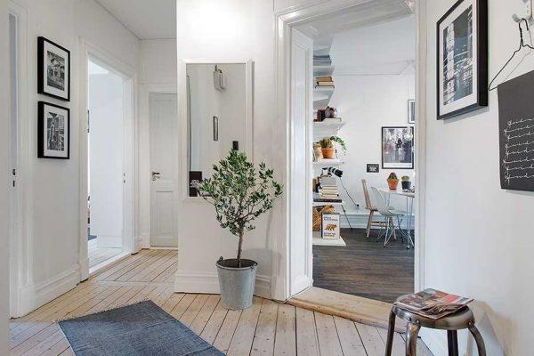 Для создания уютного стиля в маленькой прихожей необходимо выбирать обои белого цвета