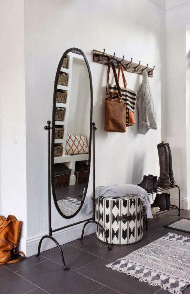 Интерьер в современном или скандинавском стиле предполагает наличие большого зеркала, необычной мебели и общего минимализма
