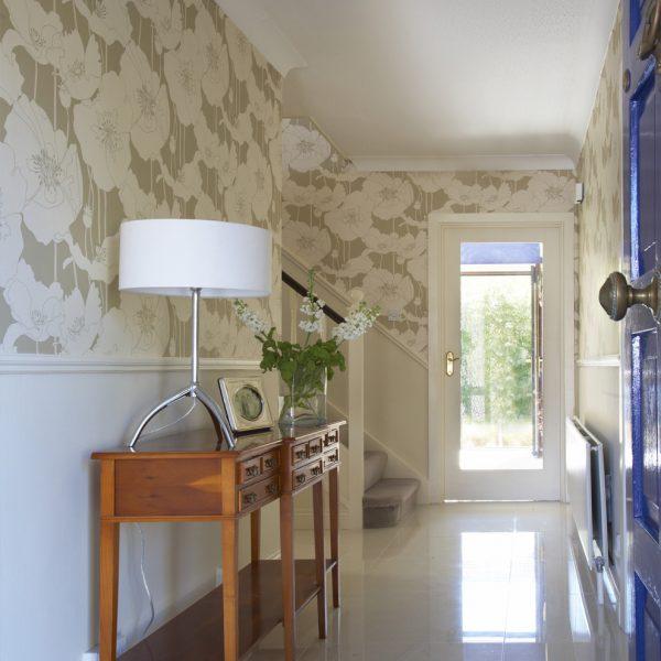 Однотонные светлые обои плохо скрывают неровности, поэтому перед поклейкой необходимо позаботиться о выравнивании стенных поверхностей
