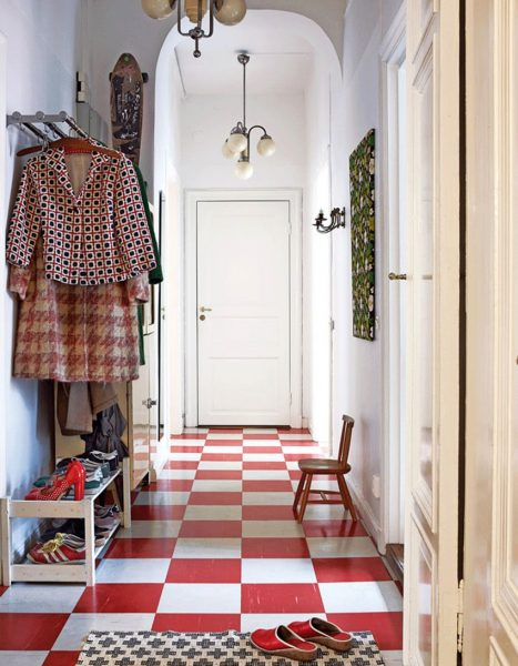 На фото - эффектный пол из белой и красной плитки