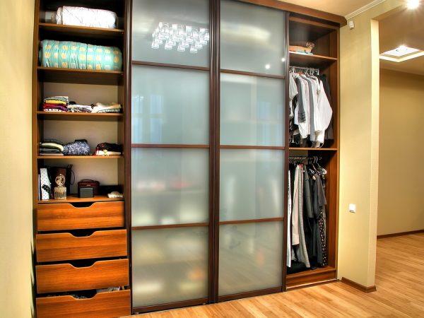 Встроенный шкаф-купе позволяет экономично и рационально использовать пространство прихожей