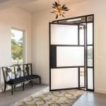 Лаконичные металлические аксессуары в интерьере прихожей частного дома