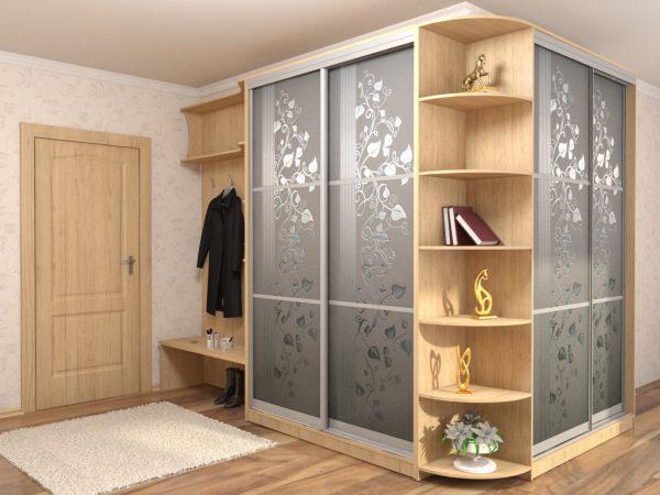 Можно разместить в прихожей от пола до потолка встроенную систему хранения гардероба