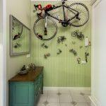 Оригинальное решение для хранения велосипеда в прихожей