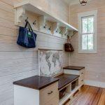 Современные дизайнеры стараются предложить лучшие варианты прихожих в частных домах, сохранив функционал, комфорт и красоту помещения — пример на фото