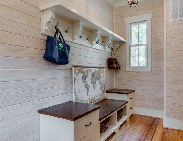 Современные дизайнеры стараются предложить лучшие варианты прихожих в частных домах, сохранив функционал, комфорт и красоту помещения - пример на фото