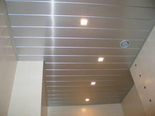 Кассетная система представляет собой каркас из металлических профилей, к которым крепятся модули потолка