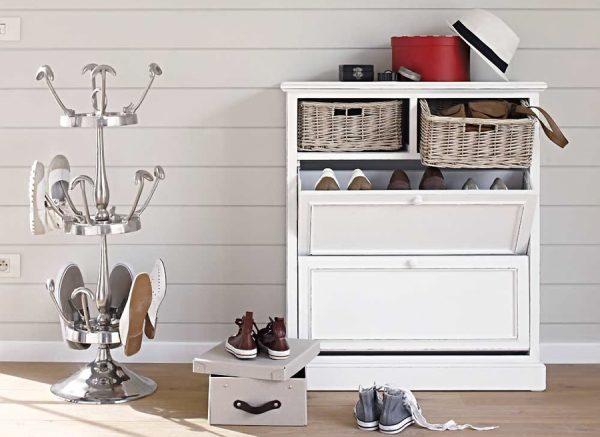 В идеале нужно иметь и закрытую обувницу для хранения сезонной обуви, и открытую этажерку для обуви, используемой каждый день