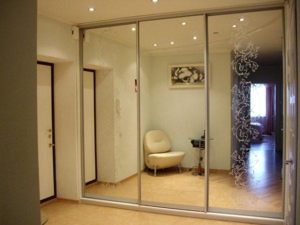 Для визуального увеличения пространства, рекомендуется использовать зеркальные двери