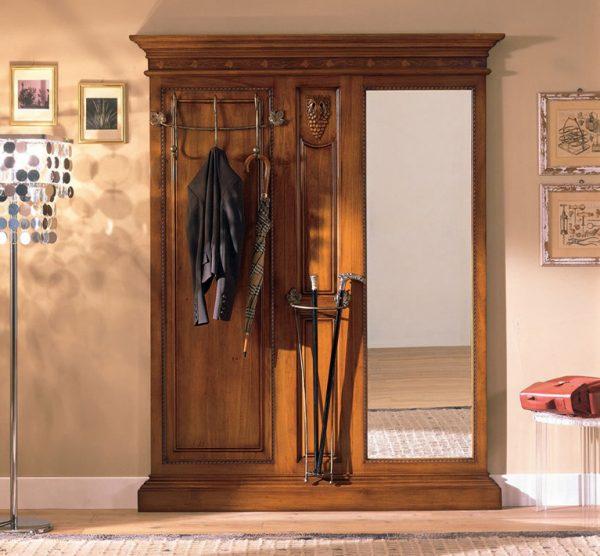 В классической прихожей принято устанавливать массивную мебель