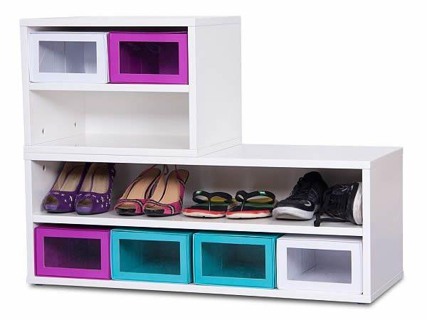 Обувные полки для прихожей из деревянных ящиков, выкрашенных в разные цвета, оживят интерьер
