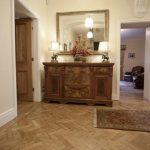 Наличие громоздкой мебели и большого зеркала характерно для Английского стиля