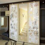 Поверхность зеркальной двери можно легко декорировать наклейками, витражами, различными типами обработки
