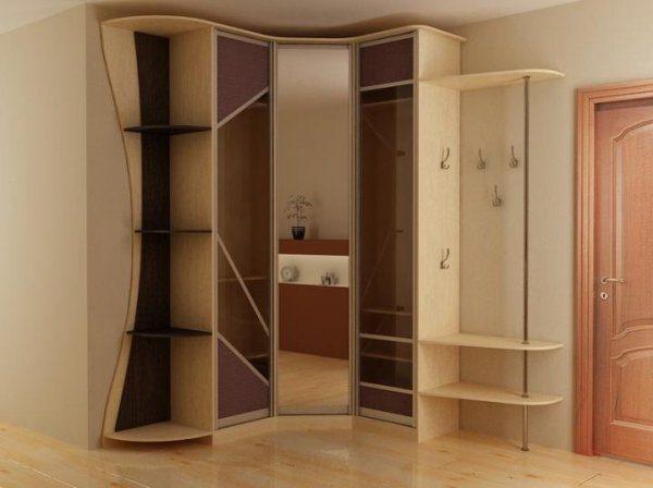На сегодняшний день очень популярным вариантом для прихожей комнаты считается современный угловой шкаф