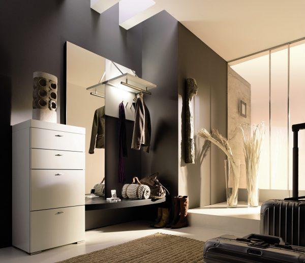 Если помещение очень маленькое, придется отказаться от установки шкафа и ограничиться вешалкой