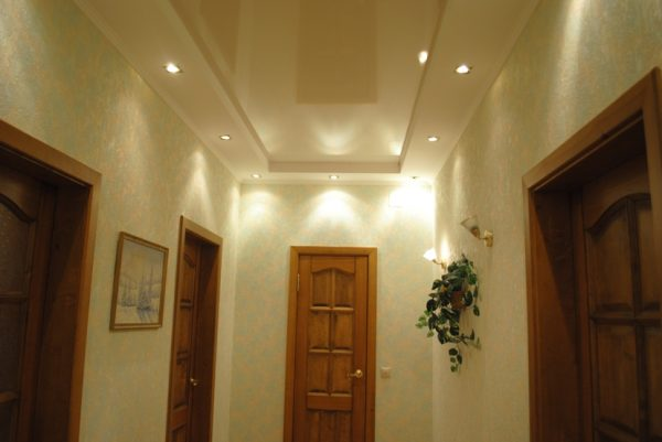 Для прихожей, которая имеет небольшие размеры, отлично подходят качественные натяжные потолки