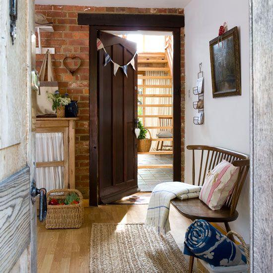 Хороший и качественный деревянный пол практичен, долговечен и, что немаловажно для жителя города, экологичен