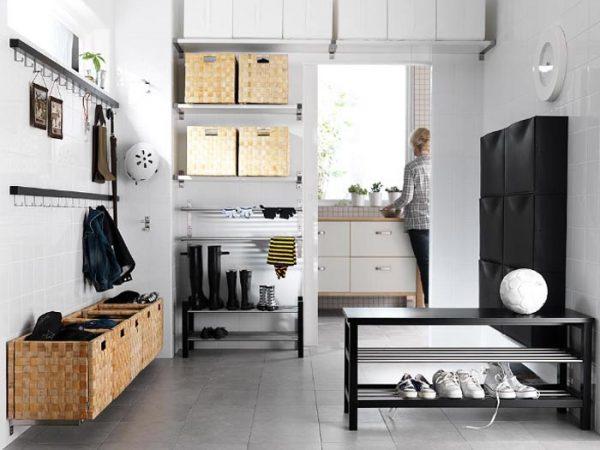 Праздный декор не приветствуется, а эффективности пространства добавляют полочки.