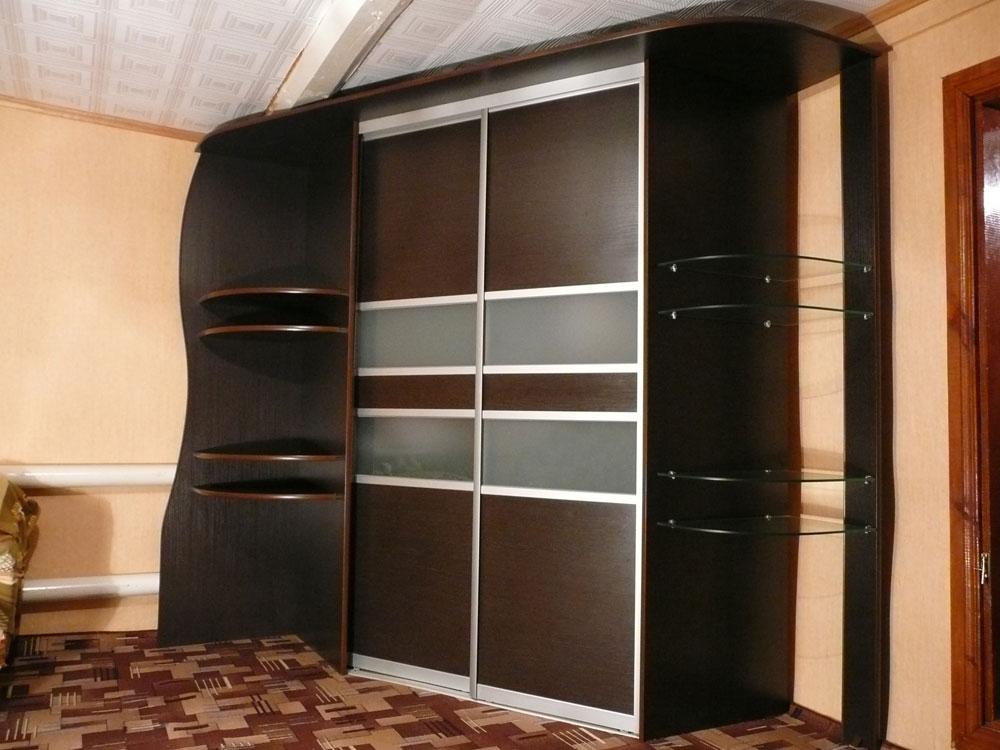 Угловой шкаф-купе с комбинированными дверьми.