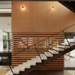 Стеклянные лестницы в интерьере (50 фото): красивые конструкции для дома