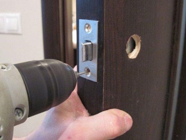 Как вставить ручку в межкомнатную дверь самостоятельно