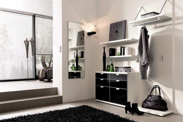 Один из вариантов оригинального дизайна прихожей квартиры панельного дома