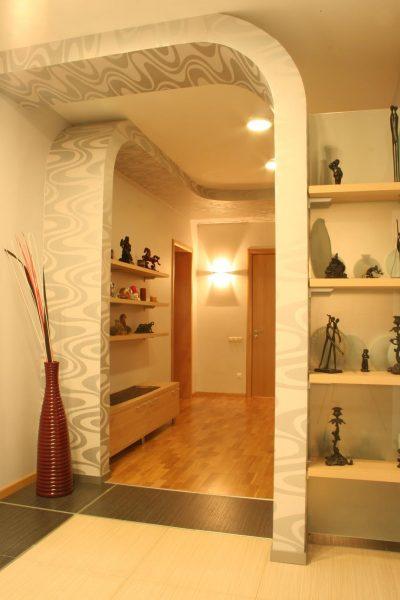 Арка в прихожей аналогично зеркалам и светлым обоям зрительно увеличит размер помещения