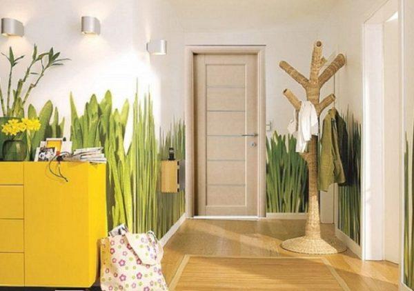 Скромное помещение можно разнообразить крупными цветочными элементами, стволами деревьев, сочными листиками.