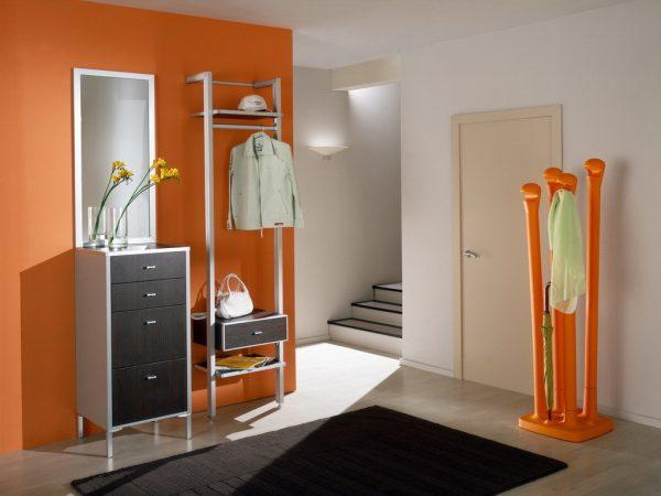 Самым практичным материалом для оформления пола в прихожей комнате или коридоре является ламинат