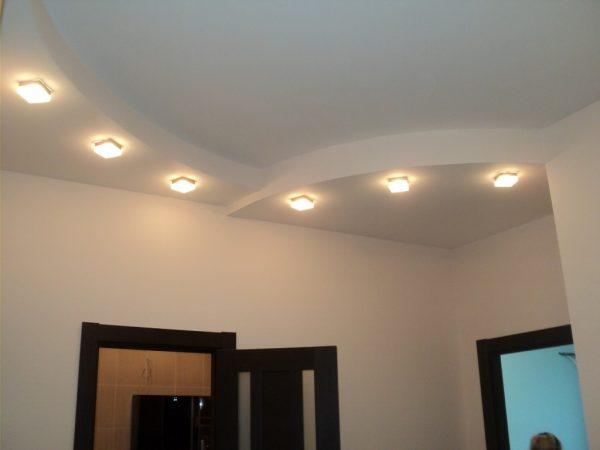 Безупречно ровный белый потолок - самый простой и эстетичный вариант