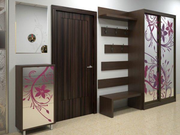 В маленькую прихожую можно поставить небольшой, но вместительный гардеробный шкаф