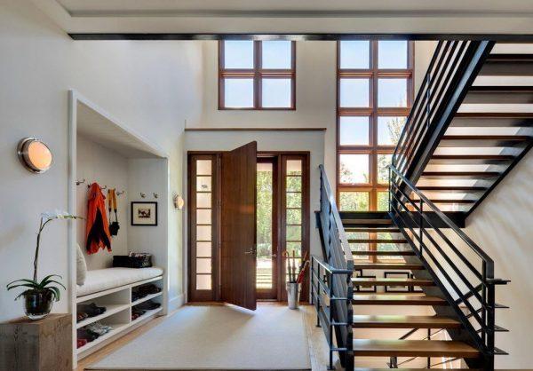 Металлическая лестница в прихожей частного дома
