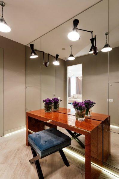 Большое зеркало создаст эффект визуального расширения пространства помещения