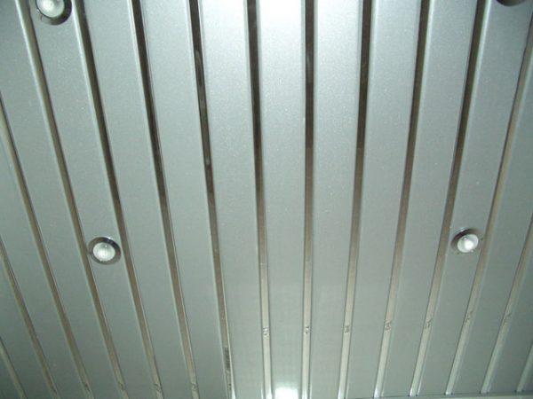 Подвесной потолок, выполненный из металлических панелей