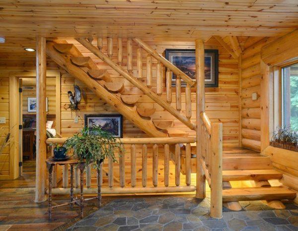 Дизайн интерьера прихожей с массивной деревянной лестницей